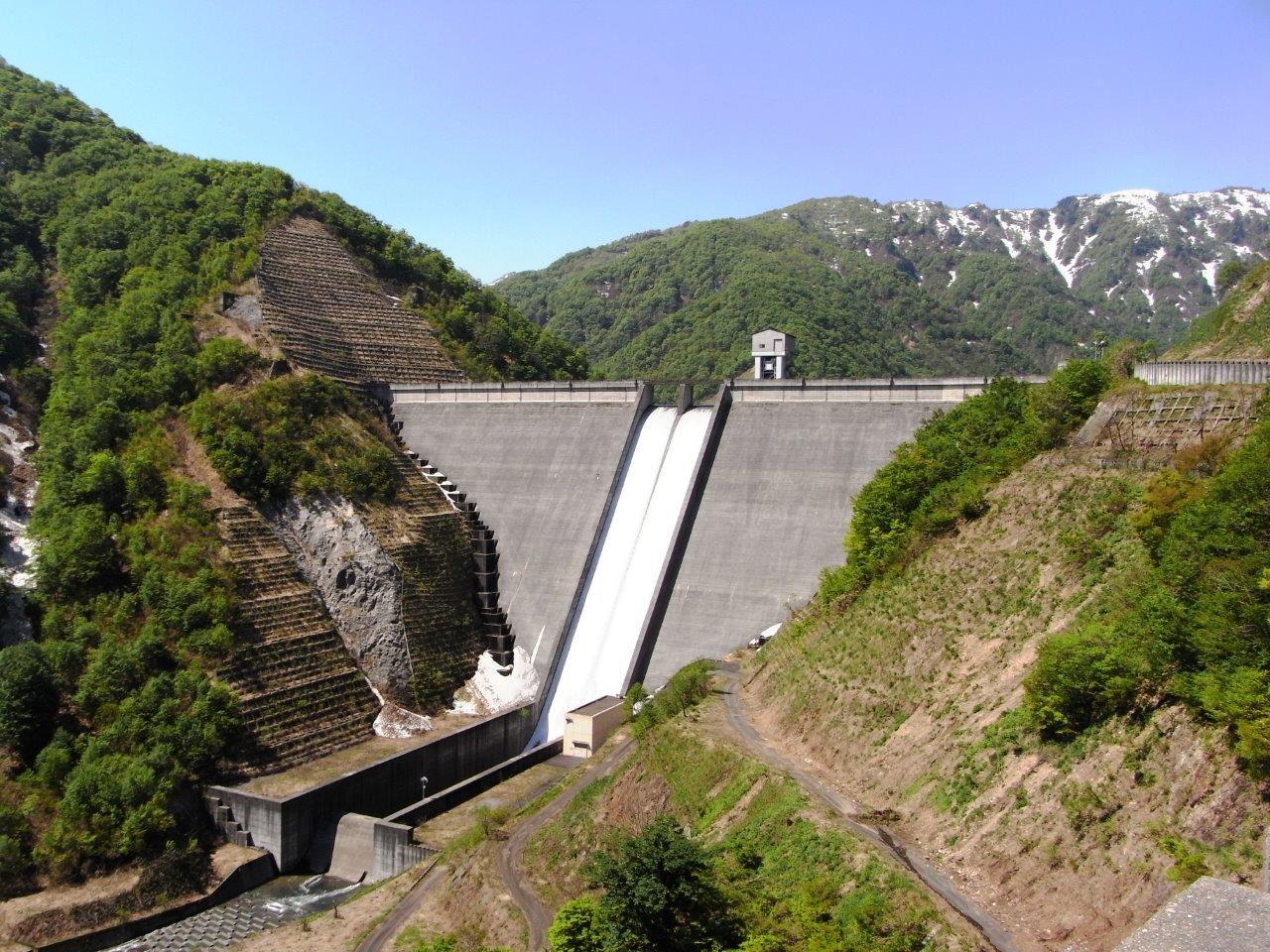 シンプルなデザインがダムの巨大さをより一層強調する【境川ダム】