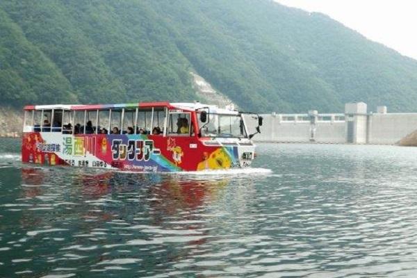 水陸両用バスで楽しむダックツアーが人気!4~6月は期間限定ダムカードも!【湯西川ダム】