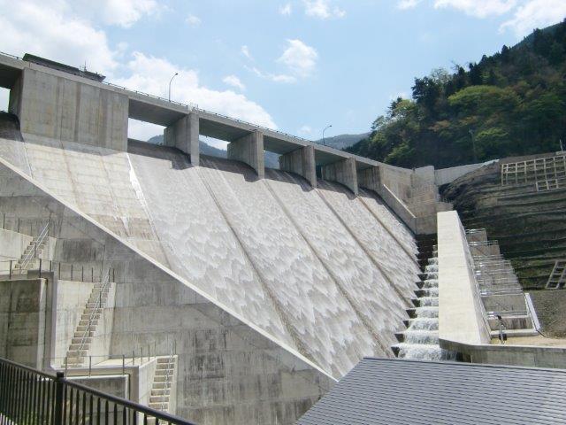 第二次世界大戦を乗り越えた「野洲川ダム」
